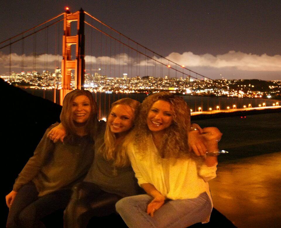 旧金山夜游晚上灯光在海湾城市的黑暗之后观光