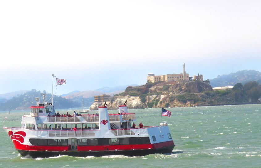 旧金山湾游轮和渡船游览在恶魔岛附近航行