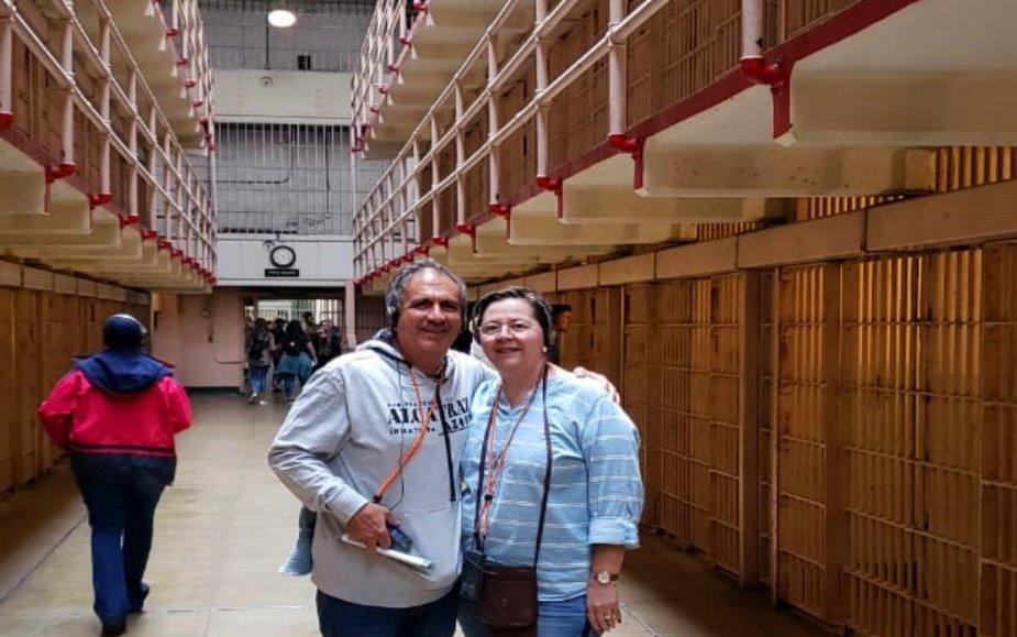 caminando-dentro-de-las-celdas-de-la-prisiвn-de-Alcatraz