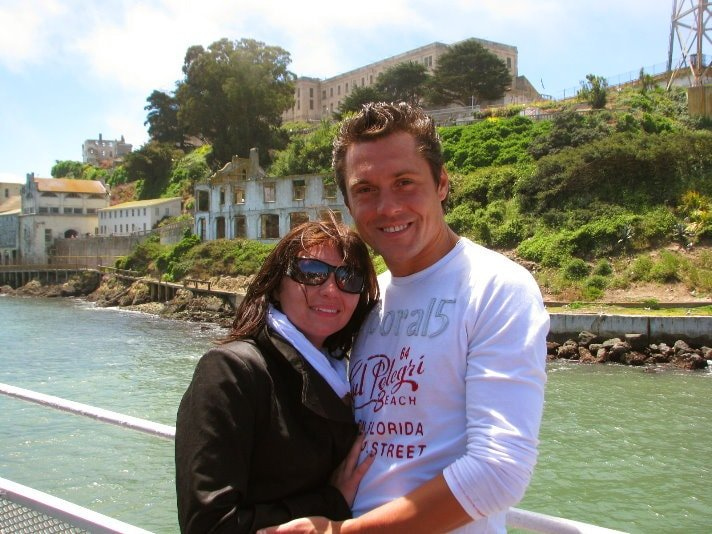 ferry-tour-around-alcatraz-island-couple-photo-with-ALcatraz--