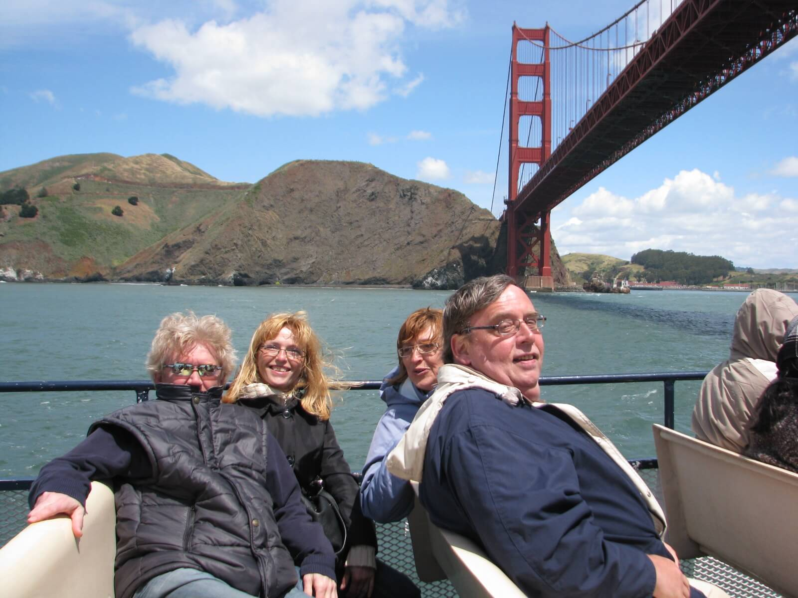 san_francisco_bay_boat_cruises_around_the_bay_under_the_golden_gate_bridge